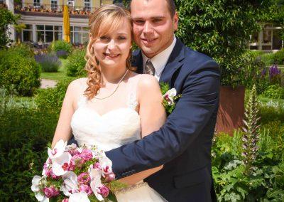 Fotoshooting: Ein sich liebendes und in den Armen haltendes Brautpaar. Bad Dürkheim