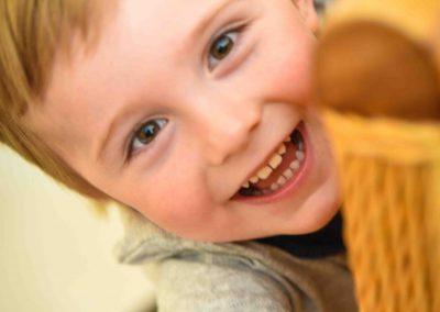 Kindershooting kleiner Junge lächelnd