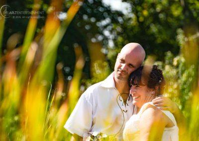 Braut und Bräutigam vor leuchtendem Gras Herzenshochzeitsshooting