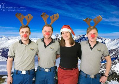 Kunden mit Rentiergeweihen und roten Nasen auf einem Gletscher beim Weihnachtsshooting