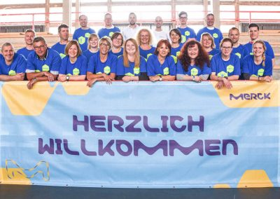 Merck Läufer vor Firmenbanner in Böllenfalltorhalle Darmstadt DJ
