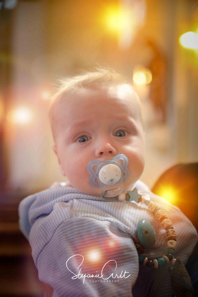 Kleiner Junge in Kirche mit Lichtreflektionen