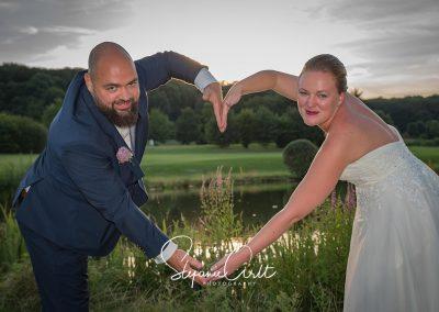 Zwei Menschen bauen mit ihren Armen ein Herz - Traumhochzeit