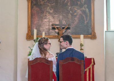 Brautpaar sitzt auf Stühlen vor dem Altar