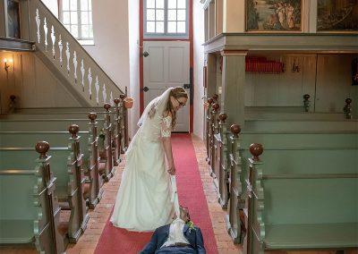 Braut schleift Mann an der Krawatte aus der Kirche