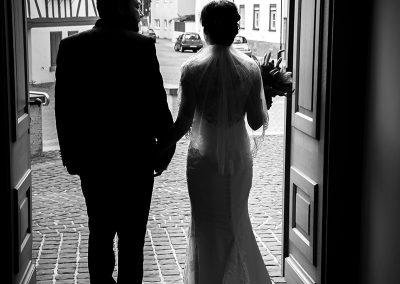Brautpaar schreitet aus der Kirche