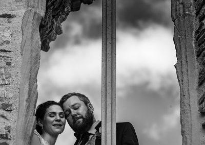 Brautpaar schaut romantisch aus dem Fenster