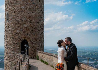 Küssendes Brautpaar vor einem Turm