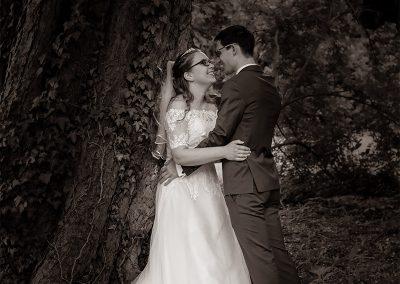 Brautpaar küsst sich unter Baum