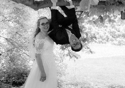 Bräutigam hängt kopfüber am Ast