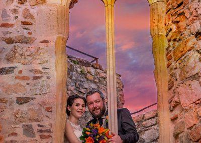 Brautpaar schaut aus dem Fnster