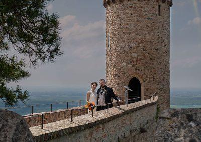 Brautpaar auf Brücke vor einem Turm
