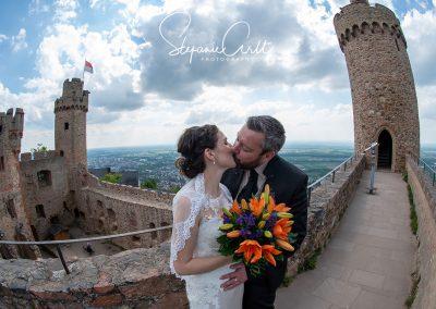 Brautpaar küsst sich auf Treppe