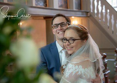 Brautpaar lächelt in die Kamera