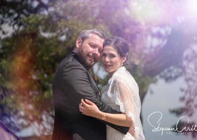 Brautpaar schaut verliebt in dei Kamera