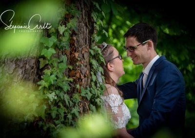 Ein romantisch verliebtes Brautpaar unter einem Baum