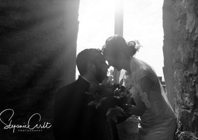 Brautpaar romantisch vor Fenster